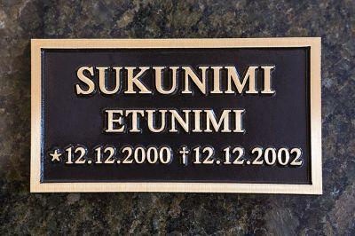 Muistolaatan kiinnitys hautakiveen